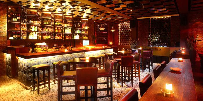 Indoor of Brownstone Tapas & lounge located on Yongjia Lu