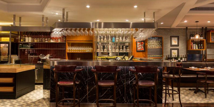 Indoor of Chez Maurice Wine Bar located on Tai