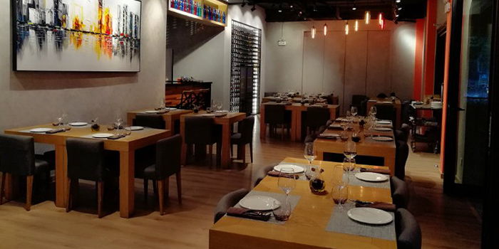 Seating area of Seve Restaurant located in Jing