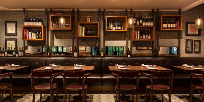 Indoor of Chez Maurice Wine Bar located on Tai