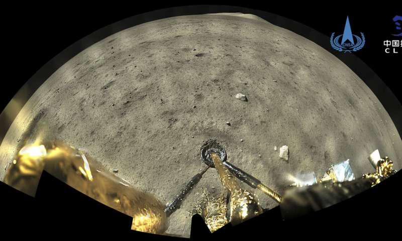 20201203192019139737.png  由中国国家航天局提供的Chang娥五号飞船着陆器-上升器组合上的全景相机拍摄的这张照片显示了2020年12月2日星期三降落在月球上之后的月球表面.png