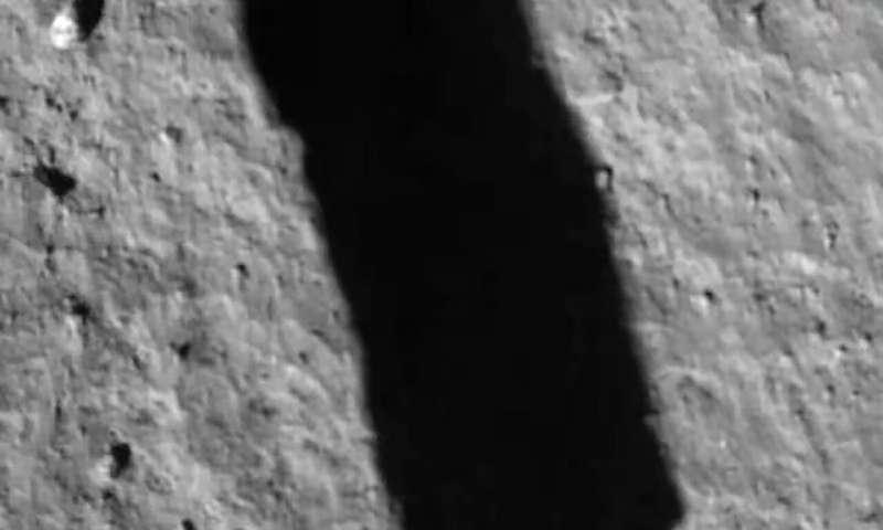 在这张由中国国家航天局提供的嫦娥五号航天器上的相机拍摄的图像中,其阴影在2020年12月1日星期二的着陆过程中反映在月球表面上.png