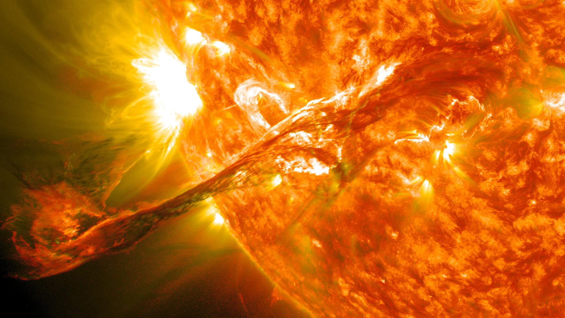 图为太阳动力天文台拍摄的171和304埃波长的混合版本.jpg