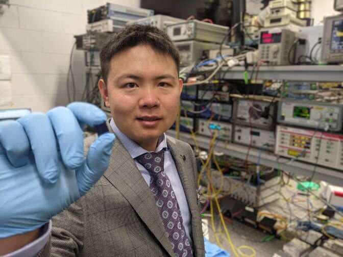 Xu博士具有集成的光学微梳芯片,该芯片构成了光学神经形态处理器的核心部分.png