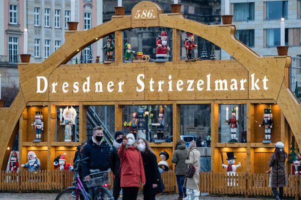 2020年12月12日,路人在德国东部德累斯顿的Altmarkt拍照.png