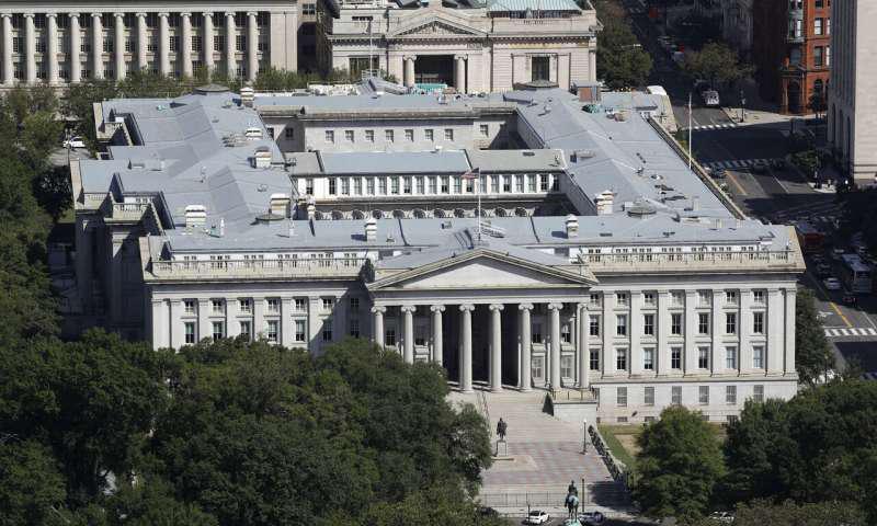 华盛顿纪念碑看的美国财政部大楼.png