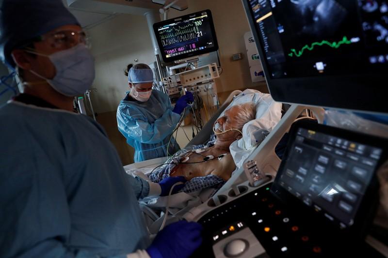 一名患者,在佛罗里达州萨拉索塔纪念医院的重症监护病房的COVID部分中度过了近一个月的时间.png