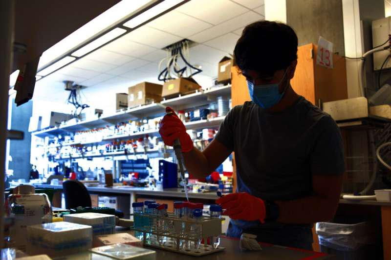 Alfredo Quijano-Rubio在西雅图的UW医学蛋白质设计研究所进行研究。他领导了设计和测试新型发光生物传感器以检测冠状病毒蛋白和抗体的工作.png